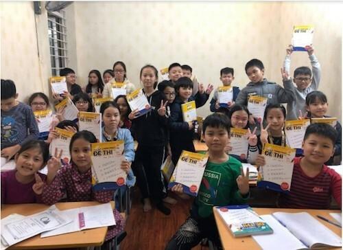 Những học sinh đầu tiênôn luyện các dạng bài và đề thi trong bộ sách.