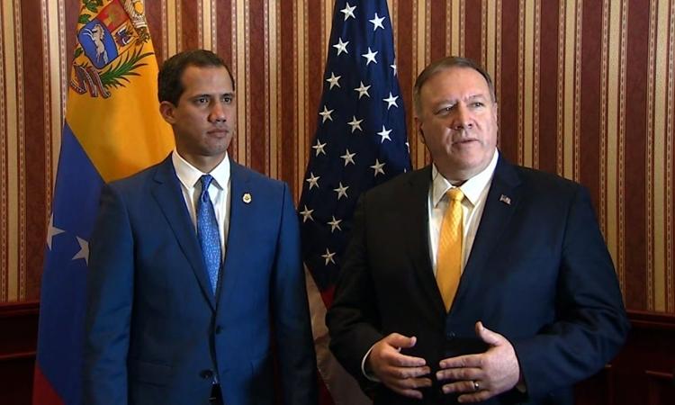 Thủ lĩnh đối lập Venezuela Juan Guaido (trái) và Ngoại trưởng Mỹ Mike Pompeo tại Bogota, Colombia, hôm qua. Ảnh: CNN.