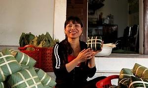 Nghệ nhân gói bánh chưng tại lễ hội đền Hùng