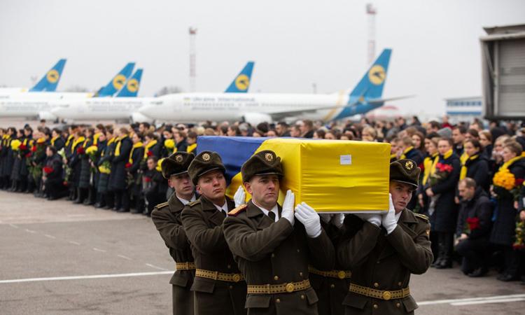 Vệ binh danh dự Ukraine hôm 19/1nâng quan tài của một trong 11 công dân nước này chết trong tai nạn máy bay ở Iran. Ảnh: AFP.