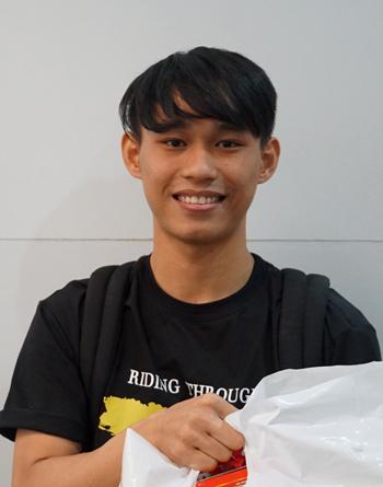 Nguyễn Quốc Trung nhận quàtừ Thành Đoàn TP HCM dành cho sinh viên đón Tết xa quê. Ảnh: Mạnh Tùng.
