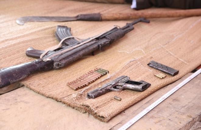 Súng, đạn thu tại nơi Sắn tự sát. Ảnh: Công an nhân dân