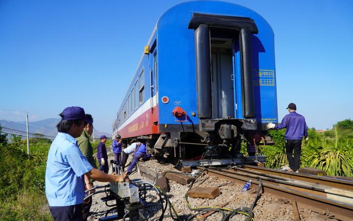 Nhân viên đường sắt tại cung đường Mương Mán đang tập trungxử lý sự cố. Ảnh:Việt Quốc.