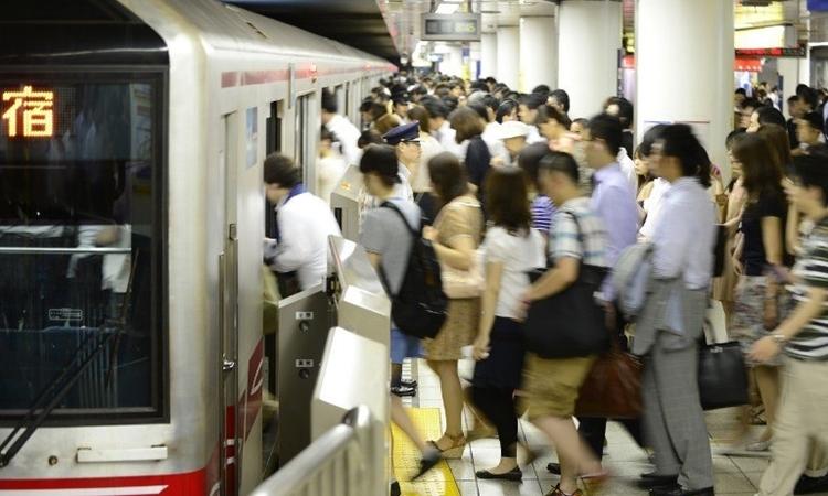 Ga tàu ở Tokyo, Nhật Bản, lúc cao điểm. Ảnh: AFP.