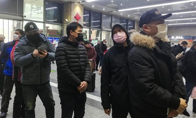 Người dân bịt khẩu trang tại nhà ga ở Vũ Hán ngày 22/1. Ảnh: AFP.