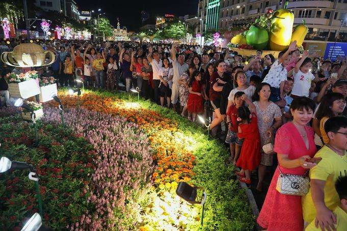 'Biển người' chen chân ở đường hoa Nguyễn Huệ