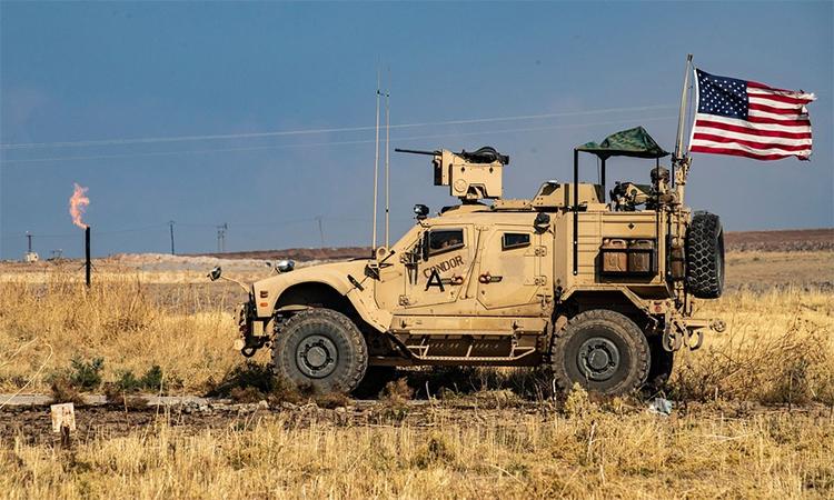 Thiết giáp Mỹ tuần tra gần một mỏ khai thác dầu ở miền đông Syria tháng 10/2019. Ảnh: AFP.