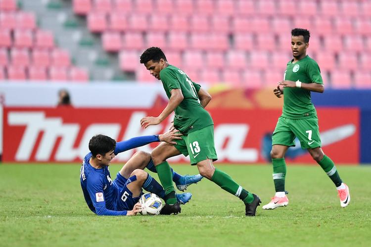 Khả năng tranh chấp quyết liệt của Saudi Arabia ở giữa sân khiến các tiền vệ Uzbekistan nhiều lần để mất bóng nguy hiểm. Ảnh: AFC.