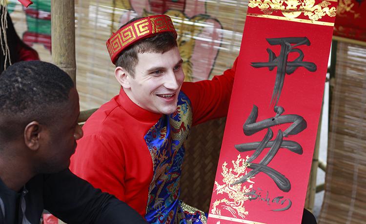 Elijah xin chữ trong ngày trải nghiệm Tết Việt ở Đại học Hà Nội. Ảnh: Dương Tâm