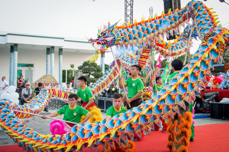 Cường (thứ 3 từ trái qua) cùng các thành viênLong Nhi Đường biểu diễn trong tiệc tất niên 2019 củamột công ty ởSóc Trăng. Ảnh: Thanh Trần