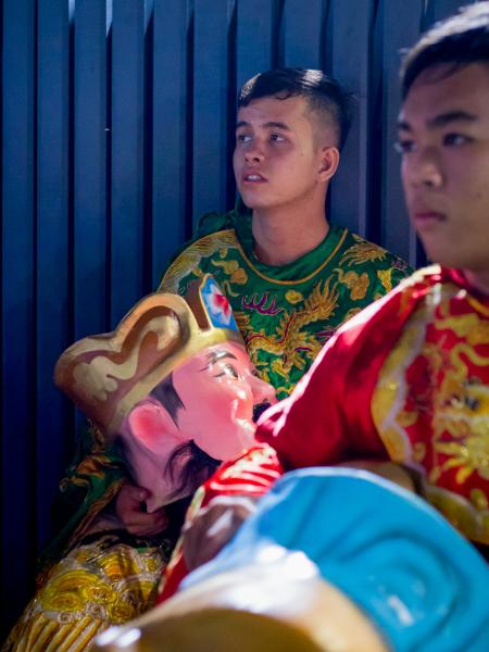 Cường ngồi nghỉ saumột đêm diễn ởSóc Trăng. Ảnh:Thanh Trần