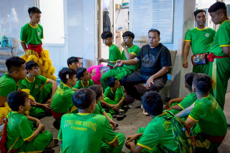 Ba Hưng (áo đen) hội ývới các thành viên của đội sau một đêm diễn ở Sóc Trăng. Ảnh: Thanh Trần