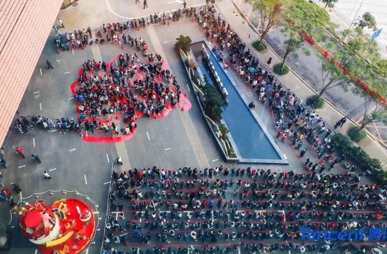 Nhân viên Tencent xếp hàng nhận lì xì từ sếp ở trụ sở Thâm Quyến vào năm ngoái. Ảnh: SCMP