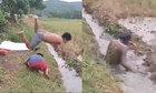 Cậu bé lấm lem bùn đất vì bị chơi khăm