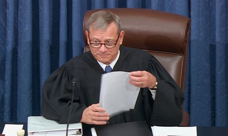 Chánh án Tòa án tối cao Mỹ John Robert điều khiển phiên tòa xem xét bãi nhiệm Trump tại Thượng viện hôm 21/1. Ảnh: Reuters.