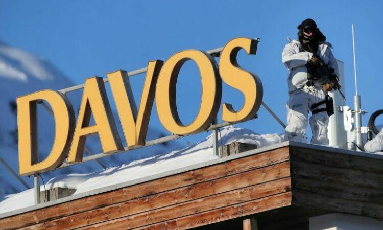 Cảnh sát đứng canh gần Trung tâm Quốc hội, trước khi diễn ra Diễn đàn Kinh tế Thế giới tại Davos, Thụy Sĩ, hôm 20/1. Ảnh: Reuters.