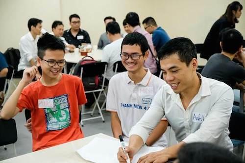 Học sinh THPT theo học chương trình đại học tại FUNiX cùng các sinh viên nhiều lứa tuổi.