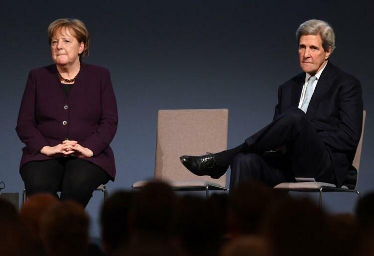 Cựu Ngoại trưởng Mỹ John Kerry (phải) và Thủ tướng Đức Angela Merkel tại buổi lễ trao giải Henry Kissinger của Viện hàm lâm Mỹ tại thủ đô Berlin hôm 21/1. Ảnh: Reuters.