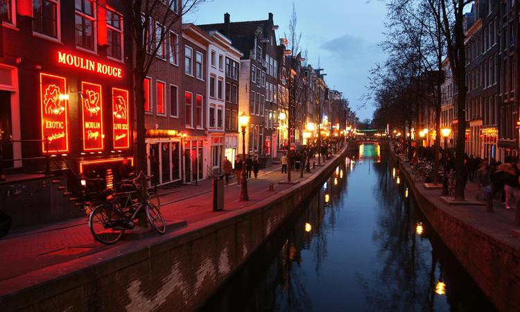 Con kênh Oudezijds Achterburgwal, De Wallen, thành phố Amsterdam. Ảnh: Pixaby.