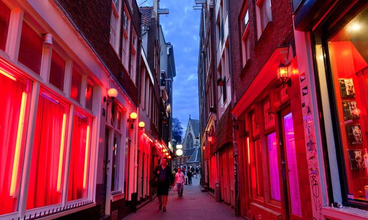 Góc phố ở De Wallen, thành phố Amsterdam lúc hoàng hôn. Ảnh: CNN.