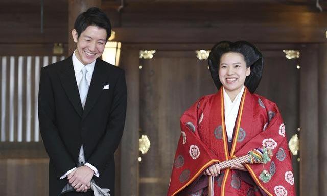 Vợ chồng Kei và Ayako Moriya trả lời phỏng vấn sau lễ cưới tại đền Meiji, Tokyo hồi tháng 10/2018. Ảnh: Reuters.