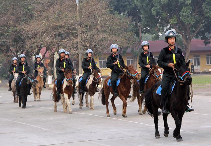 Cảnh sát cơ động cưỡi ngựa diễu hành, biểu diễn hôm 21/1 tại Bộ Tư Lệnh Cảnh sát cơ động. Ảnh: Trần Nam