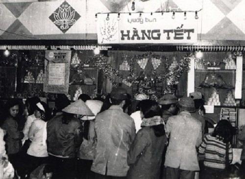 Khung cảnh xếp hàng mậu dịch ở Hà Nội những năm 1960-1970 khi mua túi quà Tết. Ảnh tư liệu.