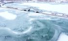 Hồ nước đóng băng tại Trung Quốc nứt nẻ