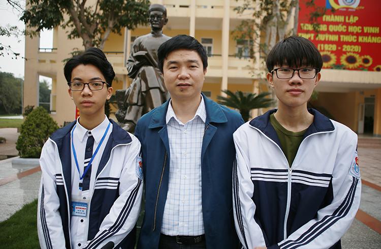 Thầy Nguyễn Văn Thọ (đứng giữa) cùng Huy và Nguyên. Ảnh: Nguyễn Hải.