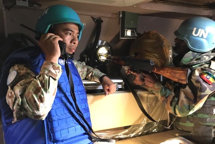Mỗi khi đi làm nhiệm vụ, anh Vinh và đồng đội phải mặc áo chống đạn, mang theo dụng cụ cứu thương... Ảnh: Cục GGHB