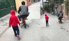 Ông bố đạp xe con trai ra ngõ mua bim bim