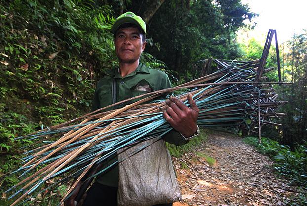 Ông Hồ Văn Don làm hơn 100 đặt quanh vườn sâm tiêu diệt chuột. Ảnh: Đắc Thành.