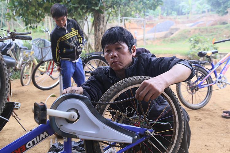 Sửa xe đạp miễn phí cho học sinh