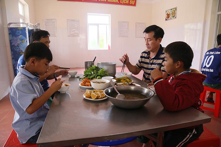 Từ tháng 11/2019, bếp ăn của Đồn biên phòng Ngư Thuỷ có thêm ba cháu nhỏ được nhận làm con nuôi. Ảnh: Hoàng Táo
