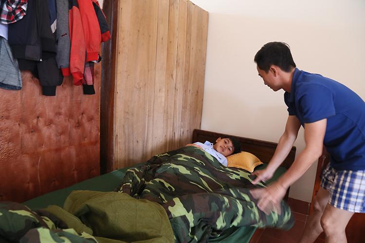 Ba đội trưởng được phân công kèm cặp ba cháu cả giấc ngủ đến bữa ăn, học hành. Ảnh:Hoàng Táo