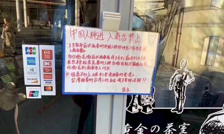 Tấm biển cấm người Trung Quốc được treo trước một cửa hàng ở thị trấn Hakone, tỉnh Kanagawa, Nhật Bản. Ảnh: SCMP.