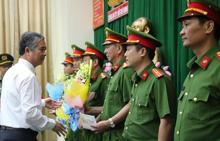 Ông Ngô Minh Châu tặng hoa lực lượng phá án. Ảnh: Quốc Thắng.