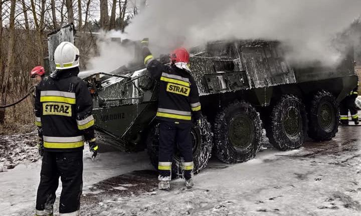 Lực lượng cứu hỏa dập đám cháy trên chiếc Stryker hồi đầu tuần. Ảnh: Facebook/Orzysz 998.