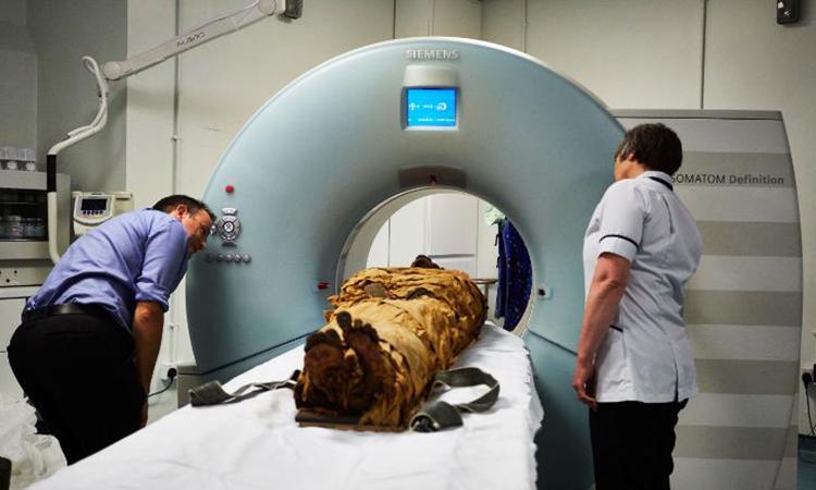 Xác ướp linh mục Nesyamun được chụp CT tại Bệnh viện Đa khoa Leeds. Ảnh: CNN.