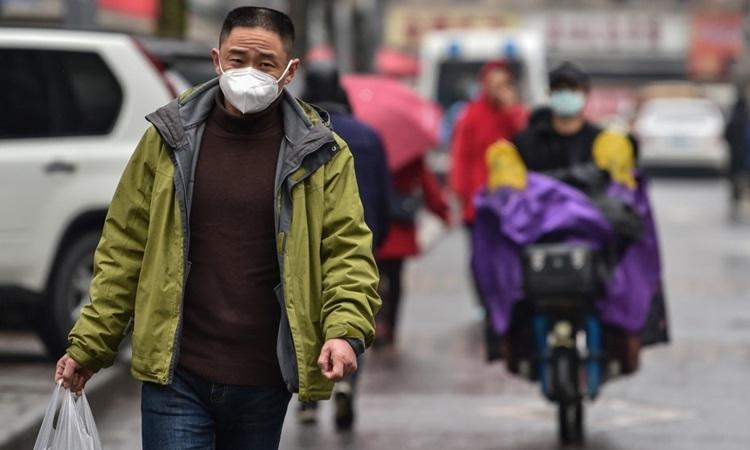 Người dân đeo khẩu trang phòng chống dịch viêm phổi lạ ở thành phố Vũ Hán, tỉnh Hồ Bắc, Trung Quốc hôm nay. Ảnh: AFP.