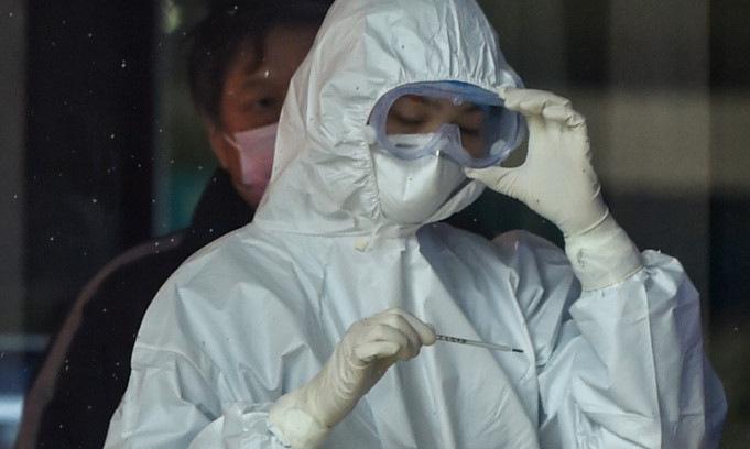 Y tá làm việc tại một bệnh viện của thành phố Vũ Hán hôm 24/1. Ảnh: AFP.