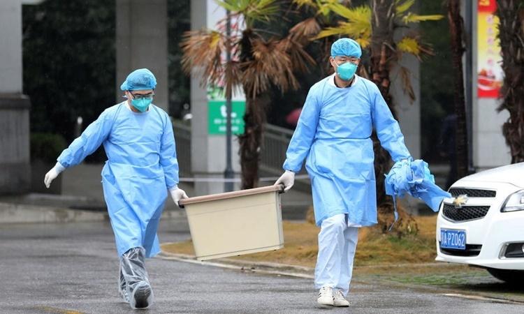 Nhân viên y tế tại bệnh viện Kim Ngân Đàn, Vũ Hán, Trung Quốc, nơi các bệnh nhân viêm phổi cấp được điều trị. Ảnh: AFP.