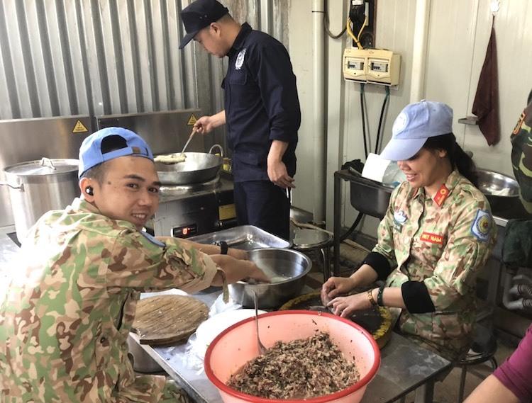 Cán bộ, chiến sĩ bệnh viện dã chiến cấp 2 số 2 làm nem rán đãi khách. Ảnh: Cục Gìn giữ hoà bình Việt Nam