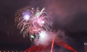 Xem pháo hoa bên sông Hàn