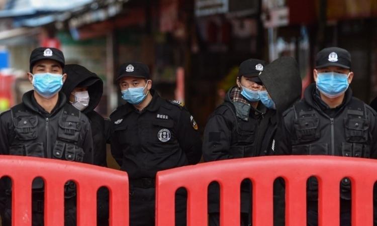 Cảnh sát đứng gác bên ngoài chợ hải sản Huanan, nơi phát hiện virus nCoV tại Vũ Hán, Trung Quốc hôm 24/1. Ảnh: AFP.
