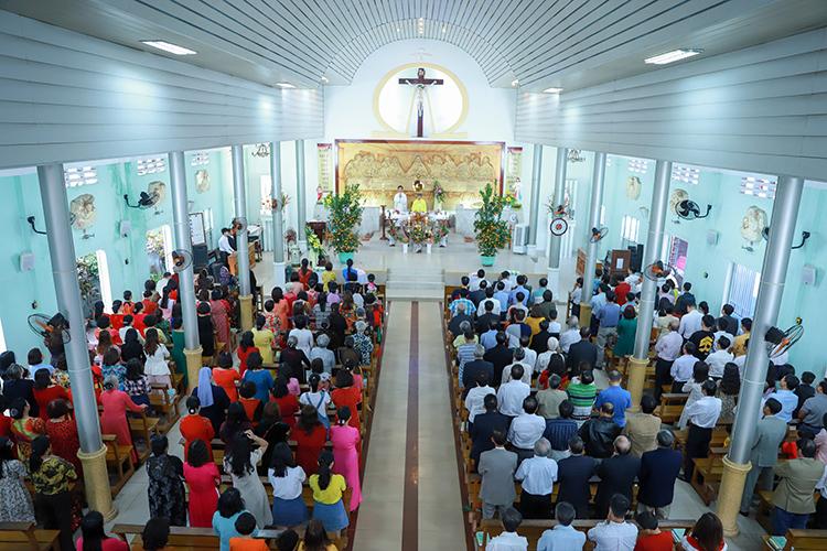 Giáo dân đến nhà thờ tham dự thánh lễ cầu bình an cho năm mới. Ảnh: Nguyễn Đông.