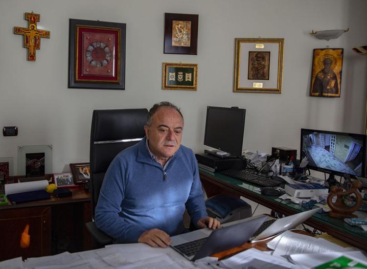 Công tố viên Nicola Gratteri hiếm khi đi đâu ngoài nhà và cơ quan. Ảnh: The Wall Street Journal.