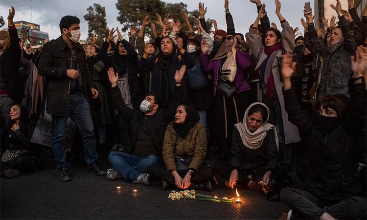 Dân Iran tưởng niệm nạn nhân trên máy bay bị bắn nhầm tổ chức ở Đại học Công nghệ Amirkabir, Tehran ngày 11/1. Ảnh: NY Times.