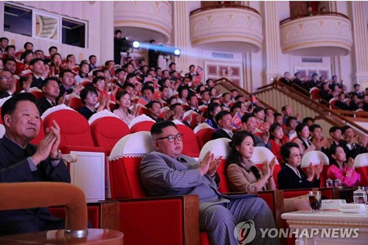 Bà Kim Kyong-hui, thứ hai từ phải sang, cùng lãnh đạo Triều Tiên Kim Jong-un, thứ hai từ trái sang, trong buổi hoà nhạc ngày 25.1 tại Bình Nhưỡng. Ảnh: Yonhap.