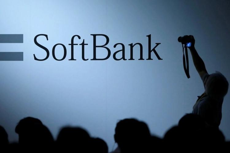 Một người chụp logo của SoftBank. Ảnh: Reuters.